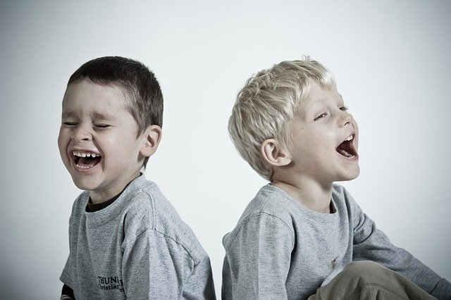 笑う2人の男の子