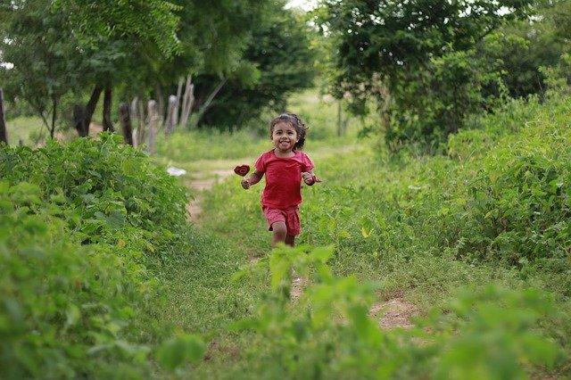 自然の中を走る子供