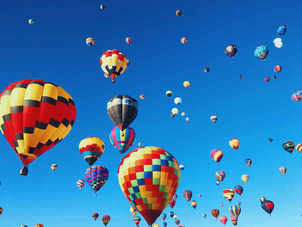 空に舞い上がるたくさんの気球