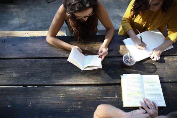 勉強をする女の子たち