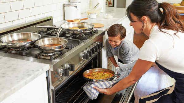子供と一緒に料理する母親