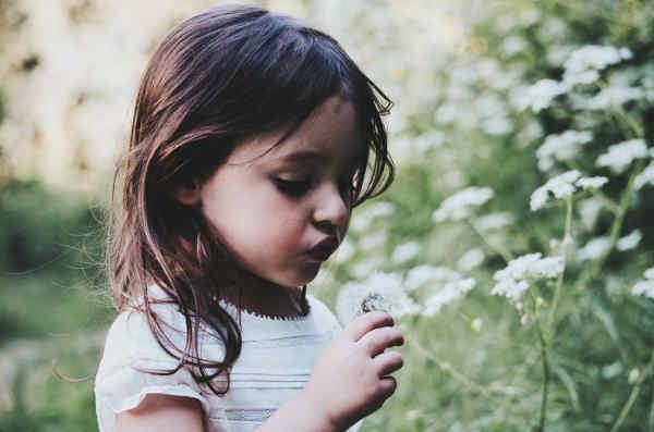 花を摘む子供