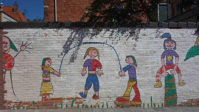 縄跳びを飛んでいる壁画