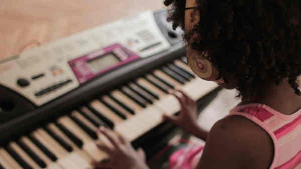 キーボードを弾く女の子