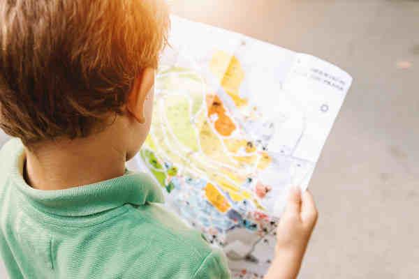 地図を見る男の子