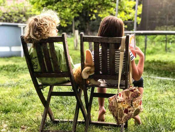 椅子に座って話をする2人の女の子