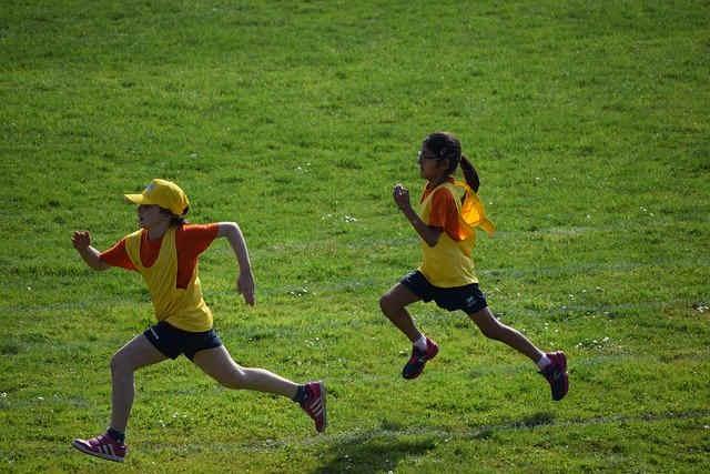芝生で競争する子供
