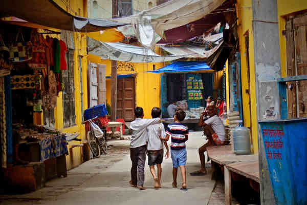 3人で街を歩く男の子たち