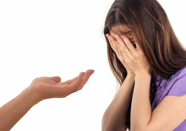 泣いている子供に差し伸べる手