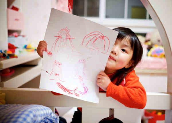絵を描く年中さんの女の子