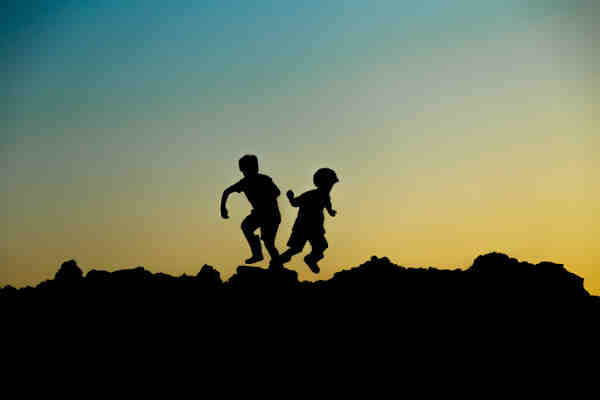 2人の子供の影