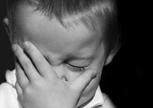 頭を抱えて泣いている子供