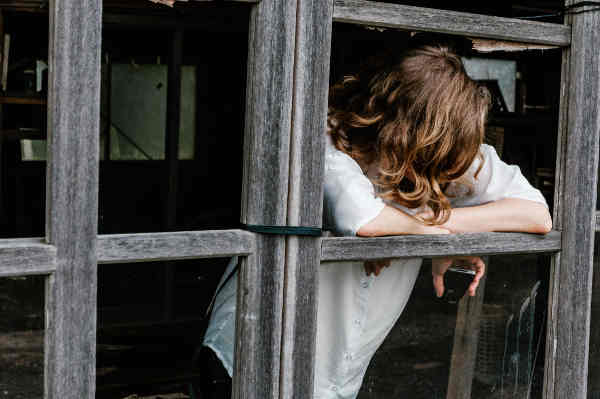 窓から顔を出す女性