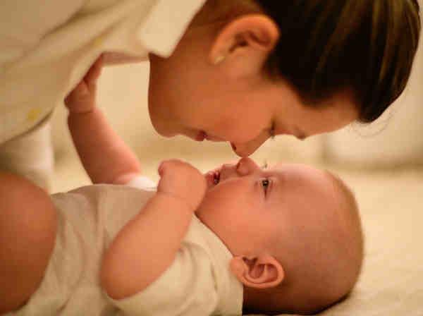 ねんねの赤ちゃんと母親