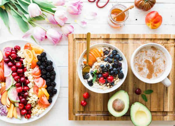 果物たくさんの食事