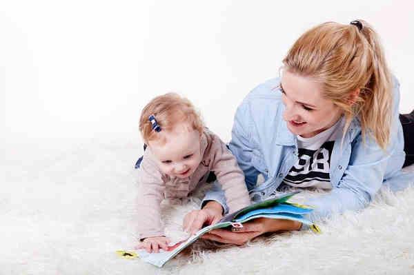 絵本を読んでもらう子供と親