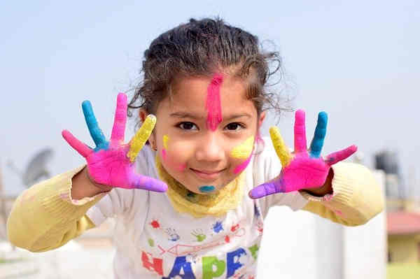 カラフルな絵の具で遊ぶ女の子
