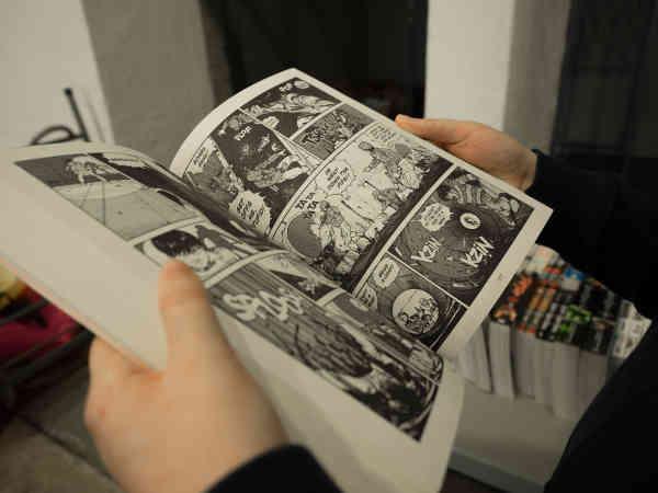 漫画を読む人