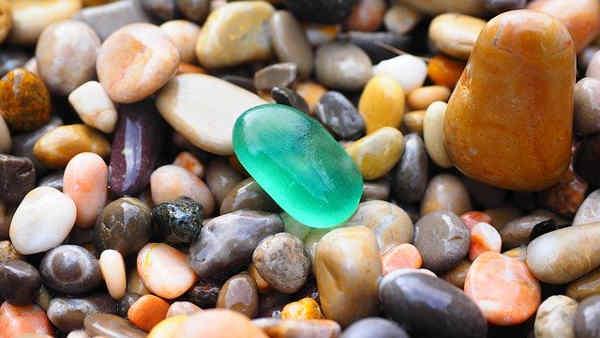 ガラスのような小石